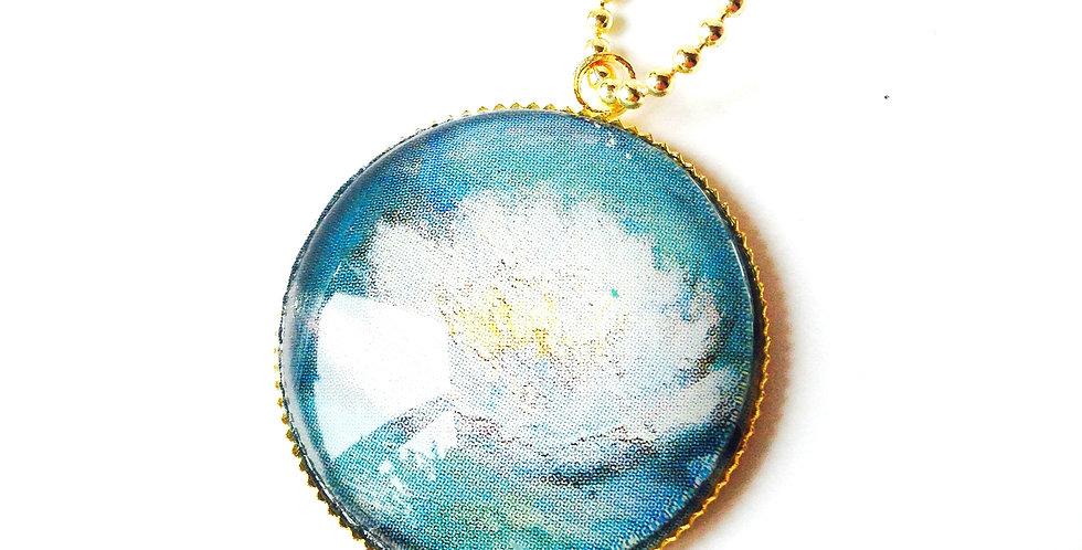 Sautoir LE NYMPHÉA, d'après Monet -- Chaîne dorée, médaillon doré cabochon verre