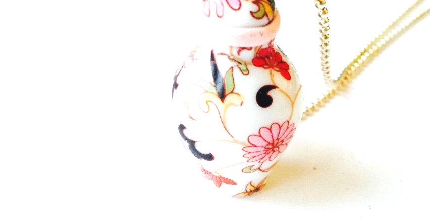 Sautoir MASAKO, impératrice du Japon, miniature couleurs pastel, céramique par T