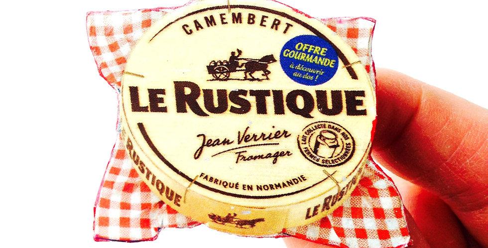 Broche --  LE TRÉSOR NATIONAL, camembert miniature, mignon sur carton