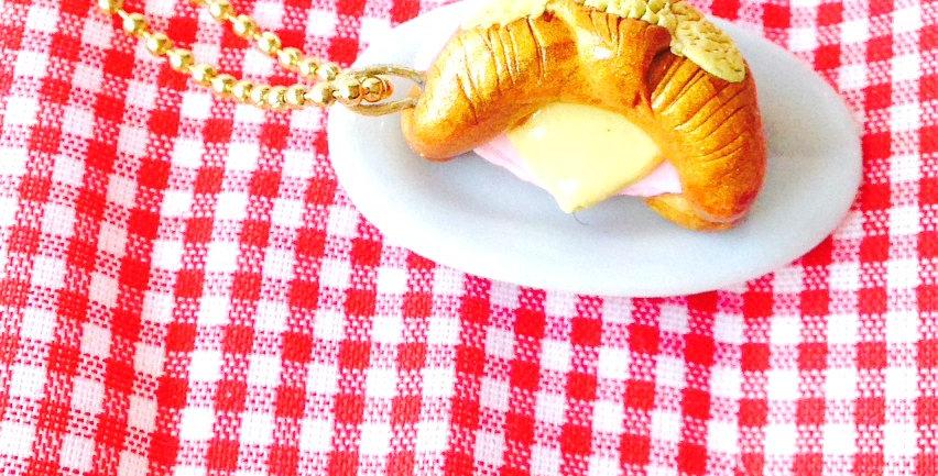 Sautoir le CROISSANT JAMBON FROMAGE, miniature, pâte polymère par The Sausage