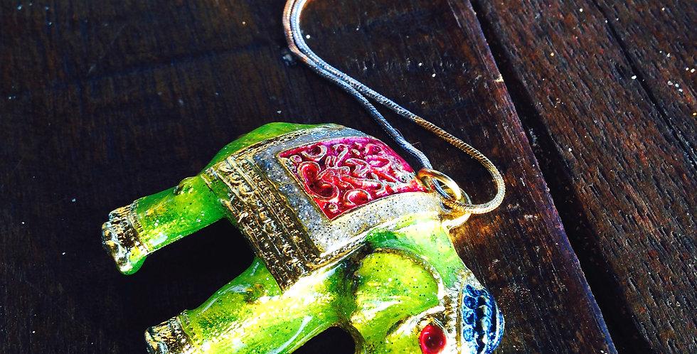 Sautoir PALAWAN, éléphant vert nacré chaîne trois couleurs