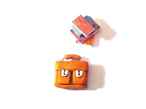 Miniature Le Petit Cartable,  fait main en pâte polymère, couleur dorée