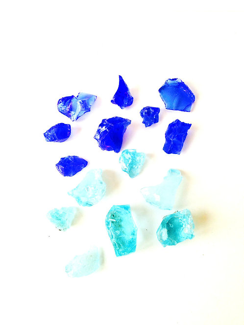 Lot de petits cailloux de verre coloré, bleu