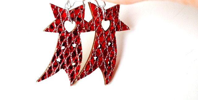 Boucles d'oreilles étoiles filantes, noël, rouge et argent par The Sausage