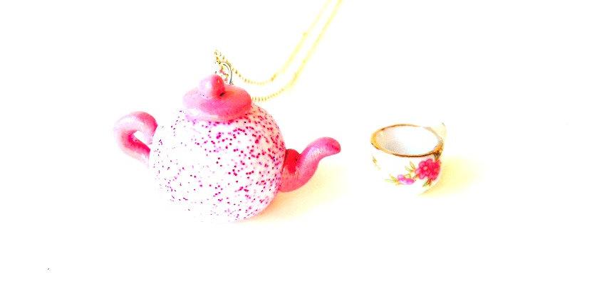 Sautoir La P'TITE THÉIÈRE ROSE pailletée, en pâte polymère théière miniature