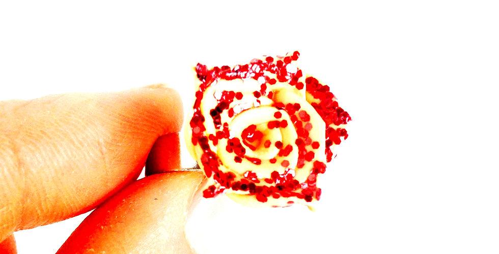 Bague LA MINI ROSETTE, rose miniature pailletée, nude, paillettes rouges