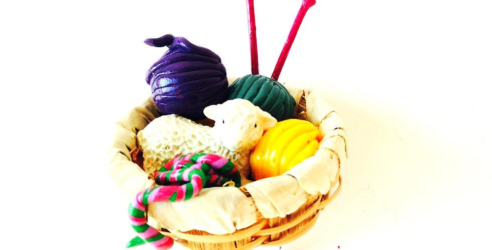 Bague Le MOUTON des ÎLES SHETLANDS, mouton dans panier de laines miniatures