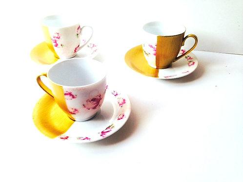 Tasses et soucoupes MI-DORÉES, petites fleurs roses et peintes dorées à la main