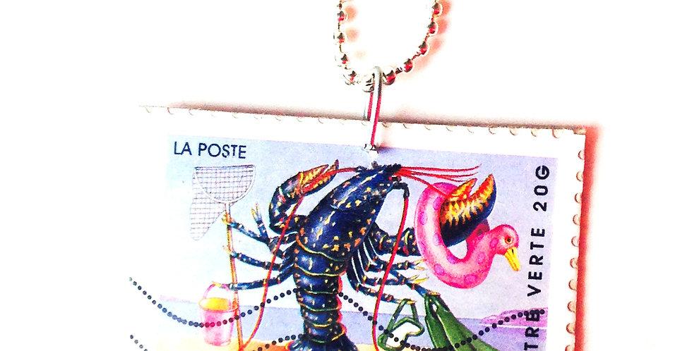 Sautoir Les VACANCES DU HOMARD, pendentif timbre de la poste, base cartonnée, sa