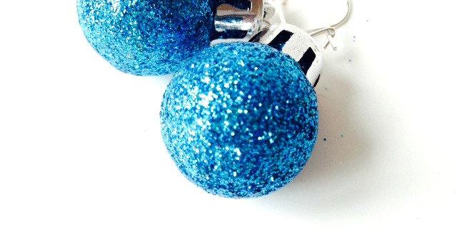 Boucles d'oreilles mini boules de noël, bleu paillettes, par The Sausage