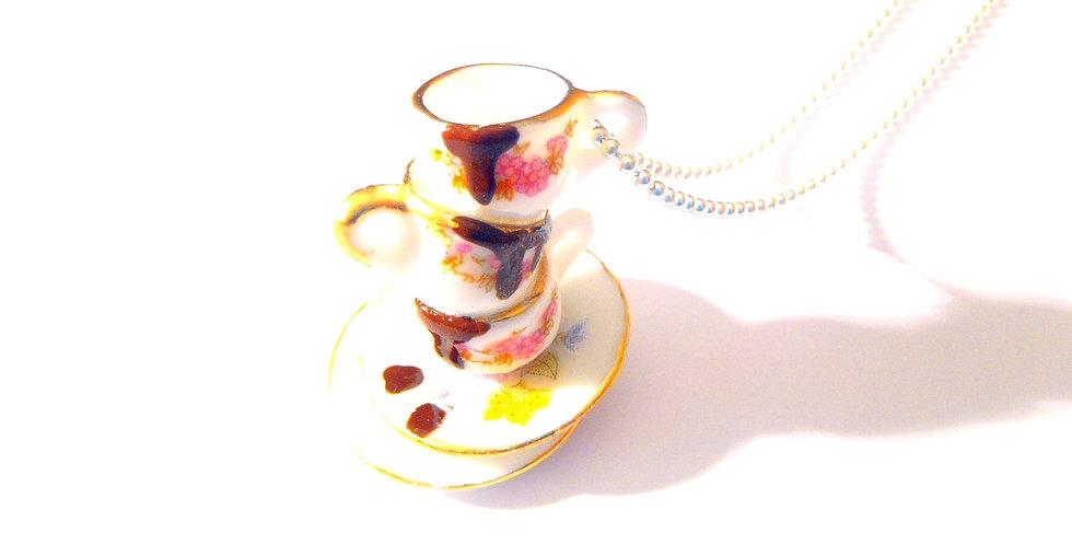 Sautoir LA VAISSELLE APRÈS LA FÊTE, tasses miniatures