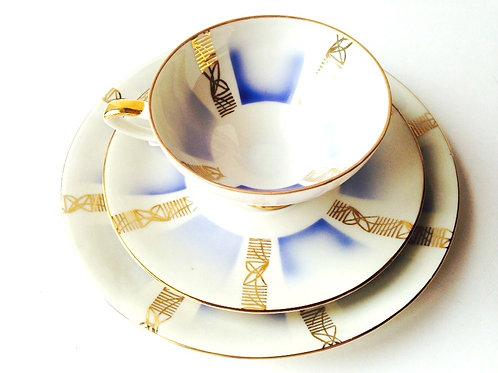 Tasse à thé, porcelaine fine, pour une personne. Blanc bleu et doré, vintage