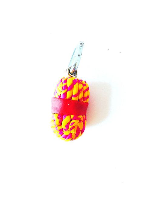 Breloque pelote de laine, miniature en pâte polymère, jaune, rouge faite main