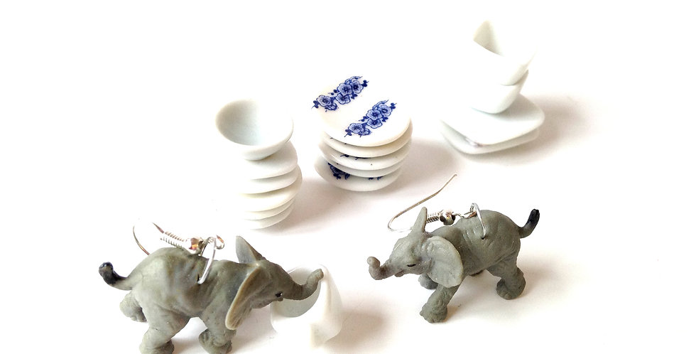 Boucles d'oreilles LES ÉLÉPHANTS, dans un magasin de porcelaine