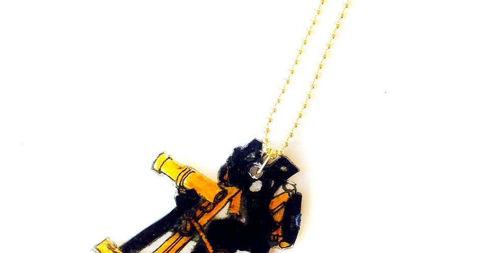 Sautoir LE SEXTANT (II), pendentif en plastique fou, chaîne longue argentée
