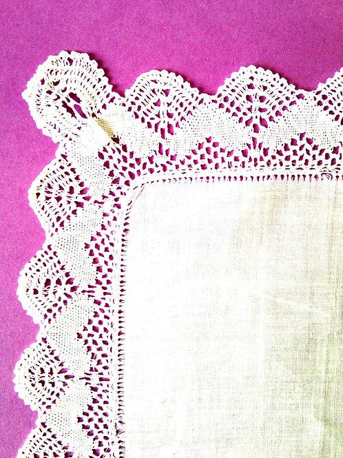 Fin mouchoir / pochette de veston en baptiste et dentelle de Mirecourt