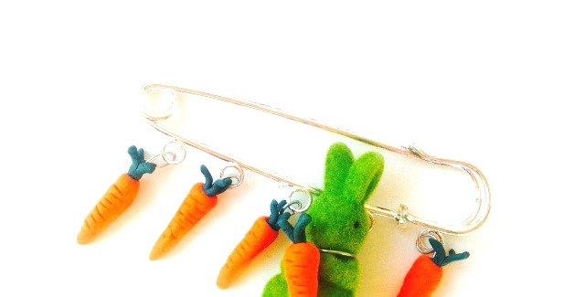 Broche LE LAPIN RUPIN, lapin vert et série de carottes miniatures, bijou Pâques