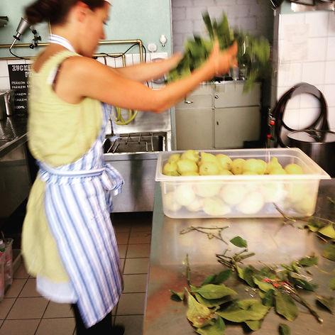 Limoncello Produktion mit biologischen Zitronen aus Sizilien.