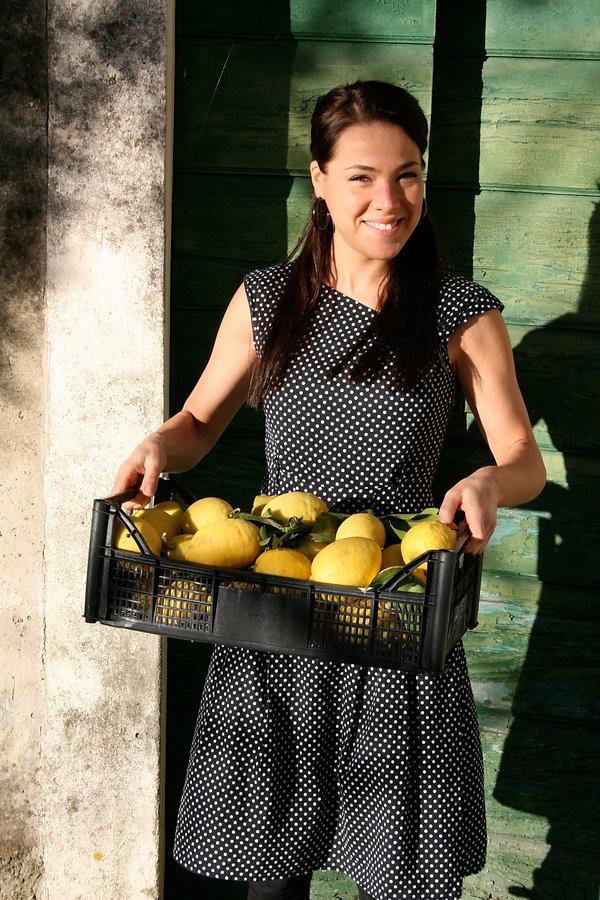 Giulietta produziert mit frischen Zitronen Limoncello