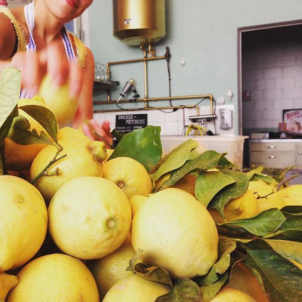 frischer authentischer Geschmack bei der Limoncino Produktion
