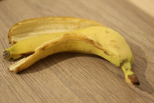 why put banana peel on arm, banana skins to whiten teeth, banana peel for wrinkles, is banana skin good for your skin, banana peel on forehead,