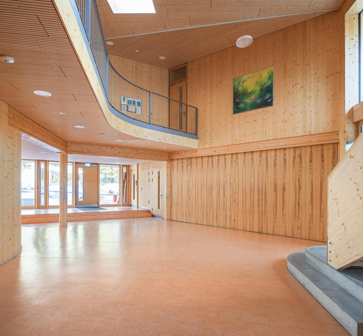 Foyer-Holzverkleidung-Schule