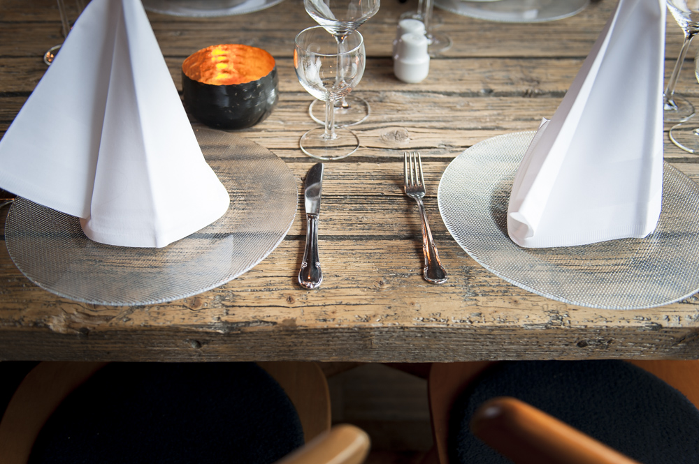 Gedeckter-Tisch-im-Restaurant