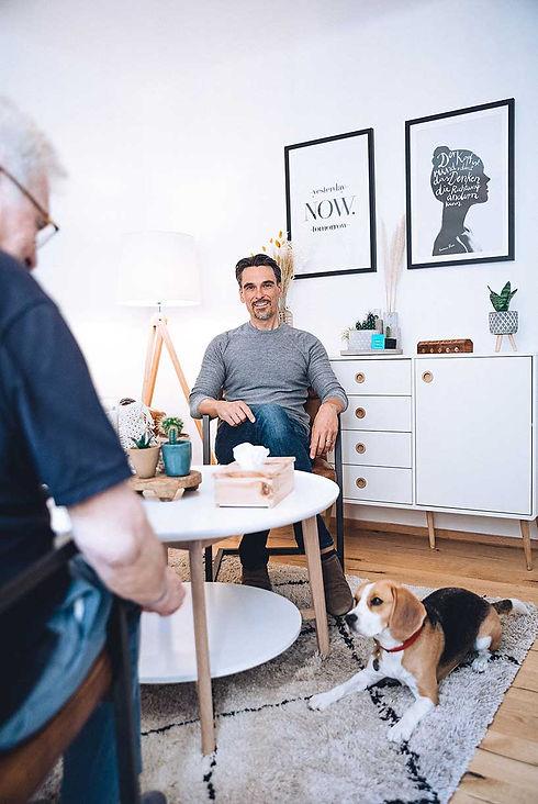 christian asperger mit therapiehund in praxis für psychotherapie 1020 wien