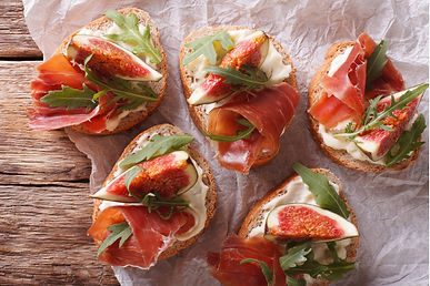 sandwich-with-figs-ham-and-cream-cheese-