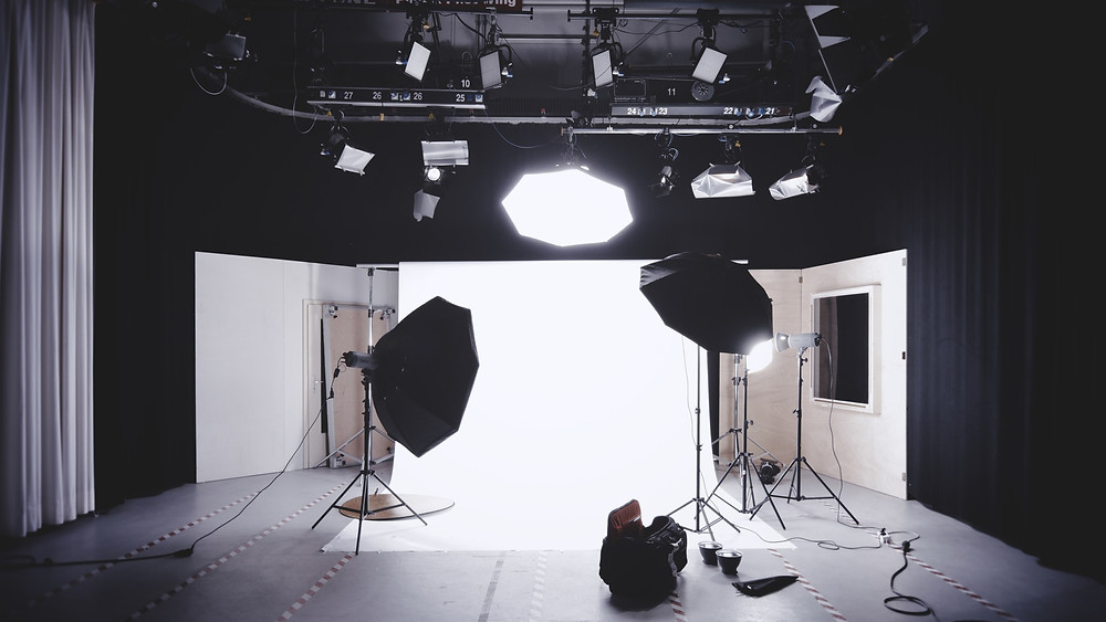 A photoshoot set with white background and lighting installations
