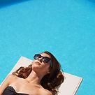 Mujer con estilo por piscina