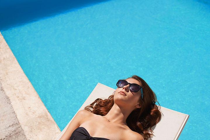 Femme élégante de la piscine