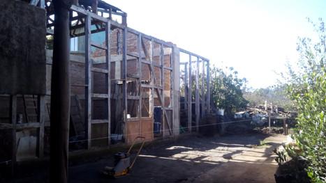Tabique patio interior con vigas reutilizadas.