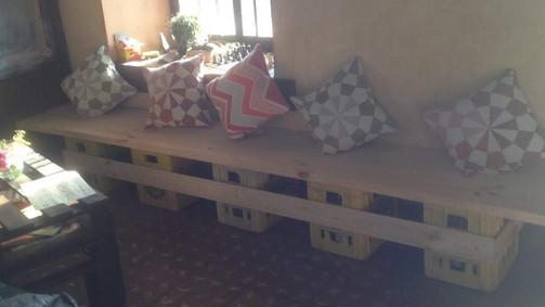 Mobiliario interior con jabas de botellas y madera.