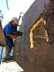 Aplicación revoque de tierra en muro de quincha liviana