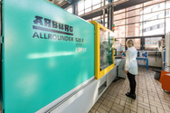 Spritzgießmaschine - Institut für Werkstofftechnik / Kunststofftechnik Universität Kassel