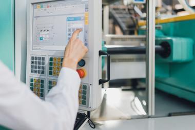 Bedienung der Spritzgießmaschine - Institut für Werkstofftechnik / Kunststofftechnik | Universität Kassel