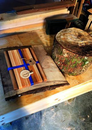 rustic_saw_wood_cuttingboard_maple_walnu