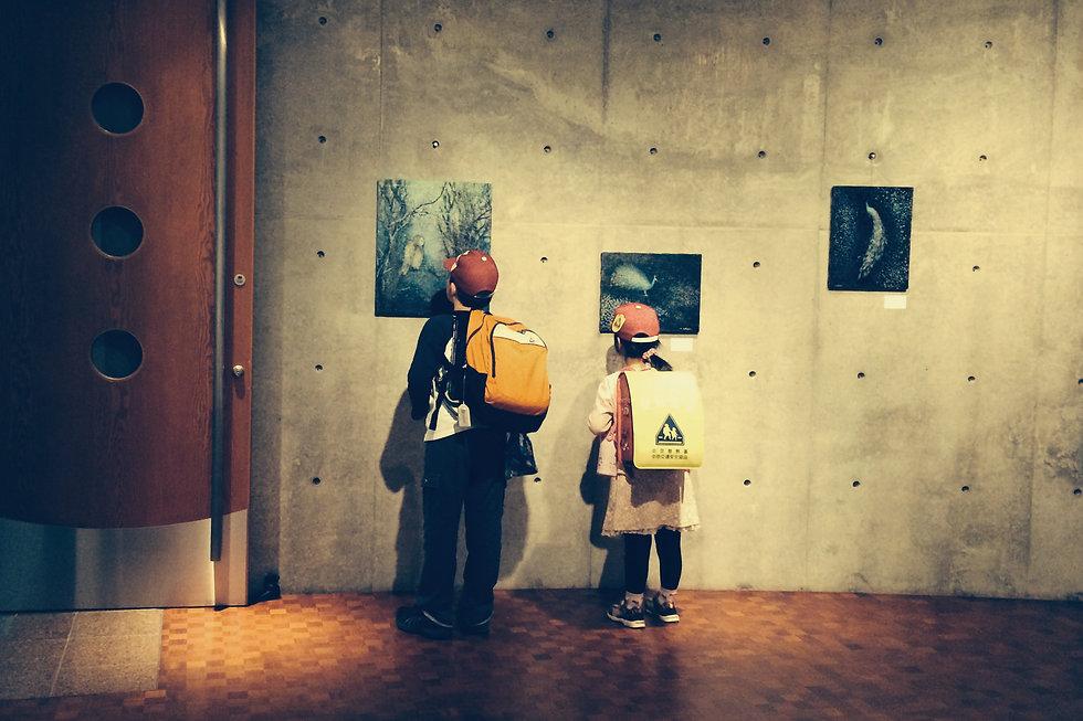 ギャラリーで展覧会を見る子供