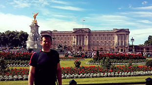 Jogging tour guest outside Buckingham Palace