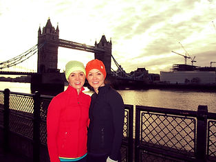 Smilng runners on a sightrunning tour with Tower Bridge in the background