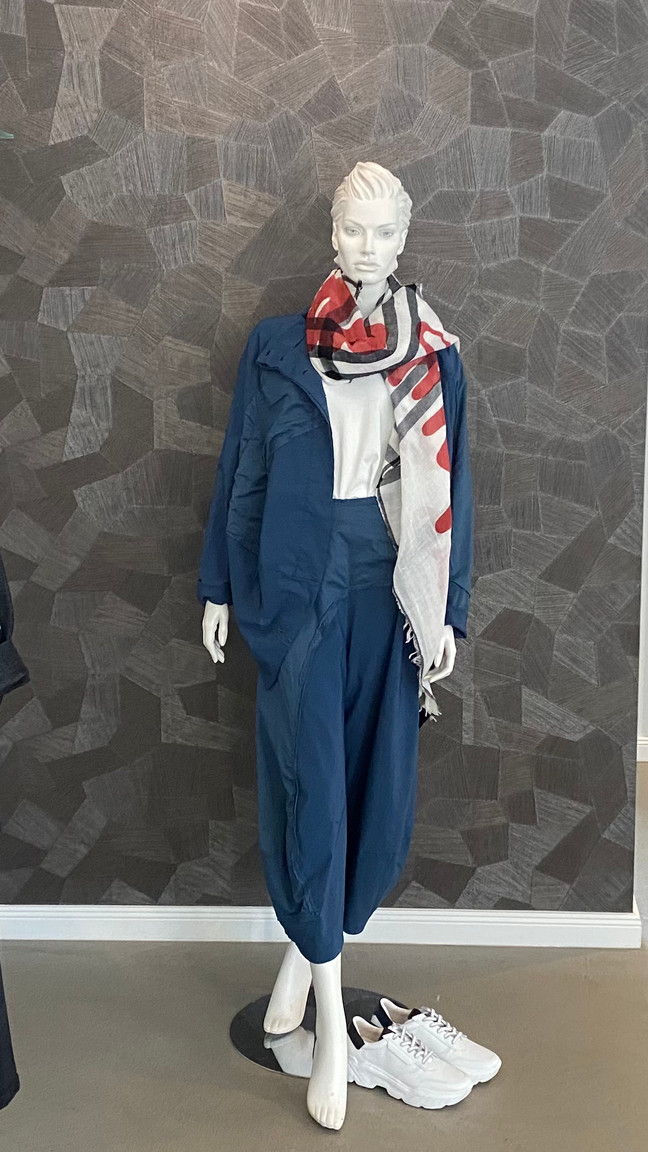 Outfit Rundholz: Jacke 320€, Hose 245€, Tuch 125€