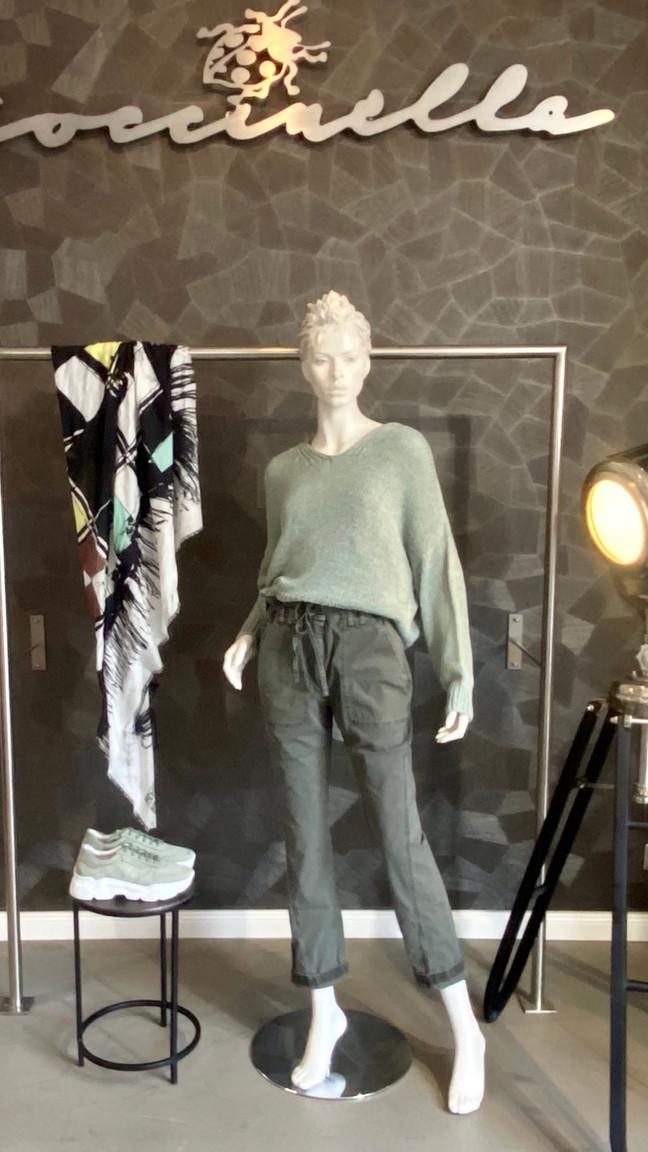 Outfit a. görtz: Pullover 270€, Hose 300€, Tuch 120€