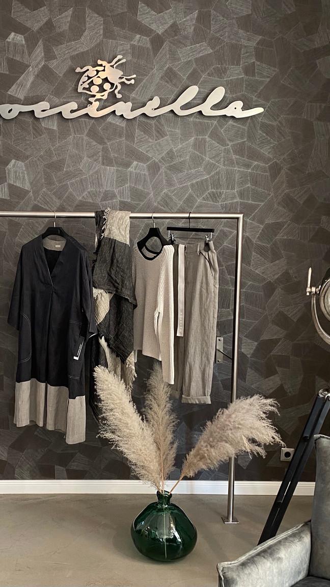 Outfit a. görtz: Kleid 435€, Pulli 299€, Hose 325€, Schal 160€