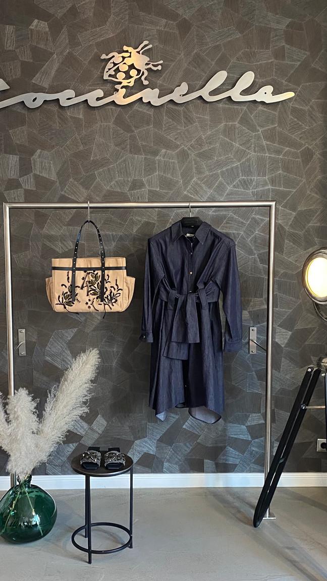 Outfit D. Schumacher: Kleid 595€, Tasche 250€, Schlappen 350€