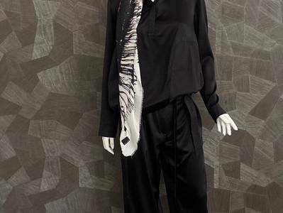 Outfit a. görtz : Satinhoody 405€, Satinhose 380€, Schal 200€