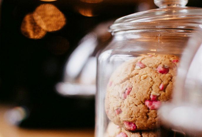 Pot en verre rempli de cookies chez Quand Julie Pâtisse - L'atelier.