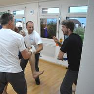 Tobias kämpft gegen mehrere Angreifer