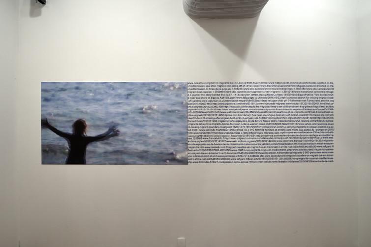 Mediterrâneo #5 [2018], impressão jato de tinta sobre papel algodão, texto em vinil, 360 x 90 cm
