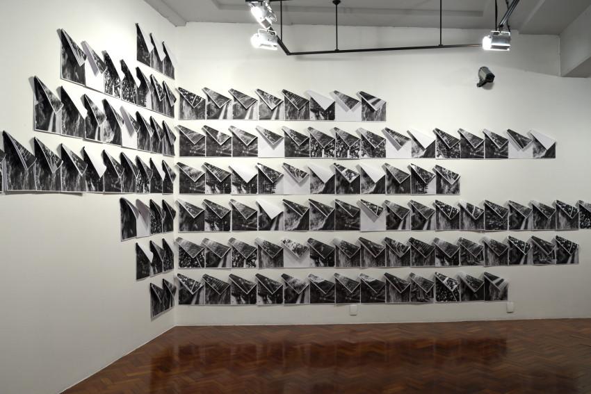 Struma [2018], fotocópia (29 x 21 cm, cada), imãs e pregos, dimensões variáveis   photocopies (29 x 21 cm, each), magnets, nails, variable dimensions. Foto Wilton Montenegro
